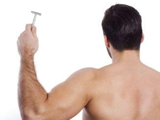 Rückenhaare mit dem Nassrasierer entfernen