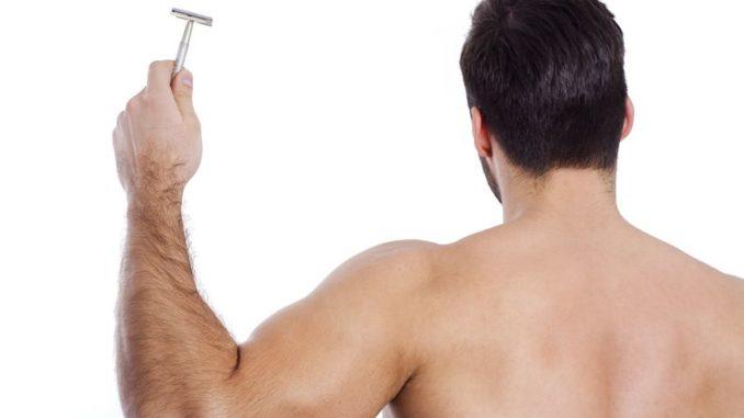 Rückenhaare mit einem Rückenrasierer entfernen
